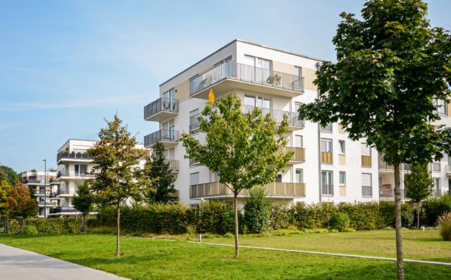 moderne Mehrfamilienhäuser im Grünen